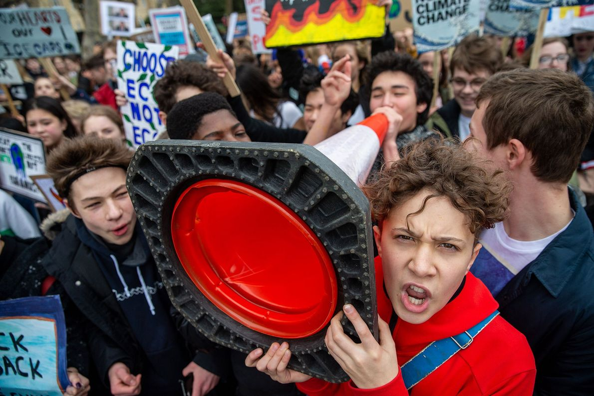 Em Londres, os estudantes reuniram-se em frente ao Palácio de Buckingham, exigindo que o governo tomasse ...