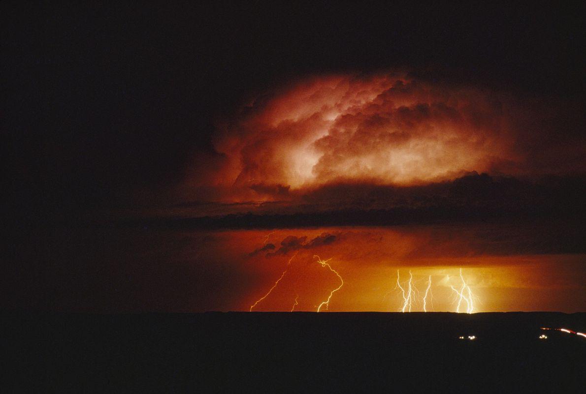 Uma tempestade forma-se a meio da noite