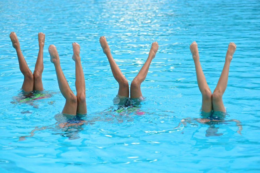 Adolescentes a praticar natação sincronizada em Medellin, na Colômbia.