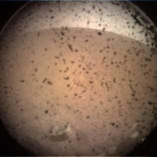A sonda InSight da NASA enviou a sua primeira fotografia da superfície marciana poucos minutos ...