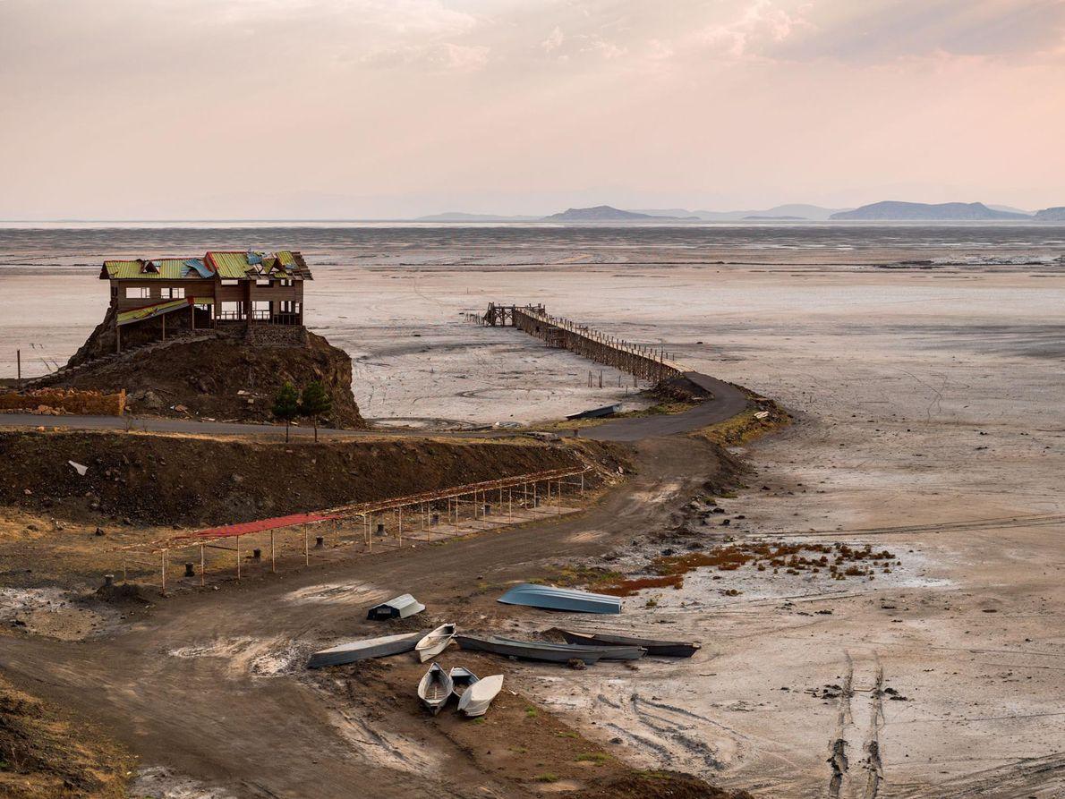 Edifícios vazios e barcos abandonados são tudo o que resta do porto de Rahmanlu