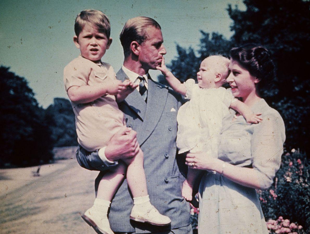 Fotografia da Princesa Isabel com o seu marido, o Príncipe Filipe, Duque de Edimburgo juntamente com ...