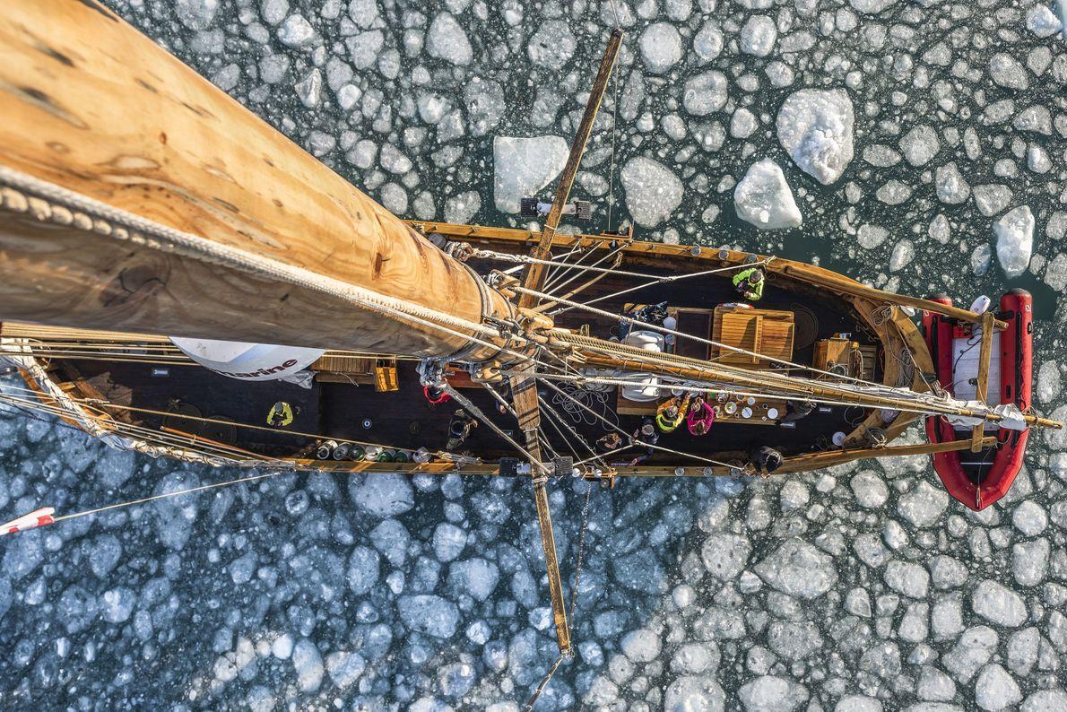 """""""Uma perspetiva da gávea, tirada no topo do mastro, enquanto velejava numa escuna tradicional através do ..."""