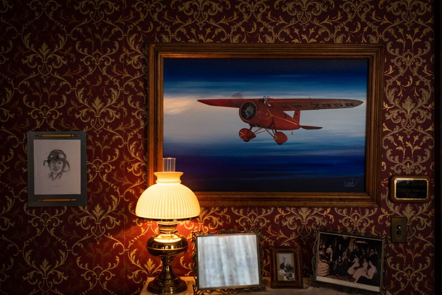 """Um quadro do avião que Amelia Earhart chamou de """"pequeno autocarro vermelho"""" – o Lockheed Vega ..."""