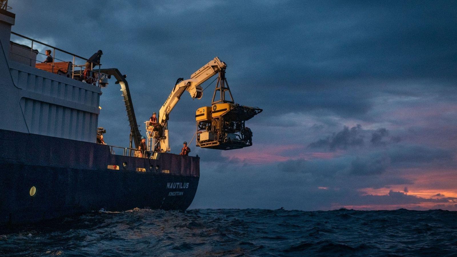 Hercules, um veículo operado remotamente, é recuperado das águas ao largo da Ilha Nikumaroro para o ...