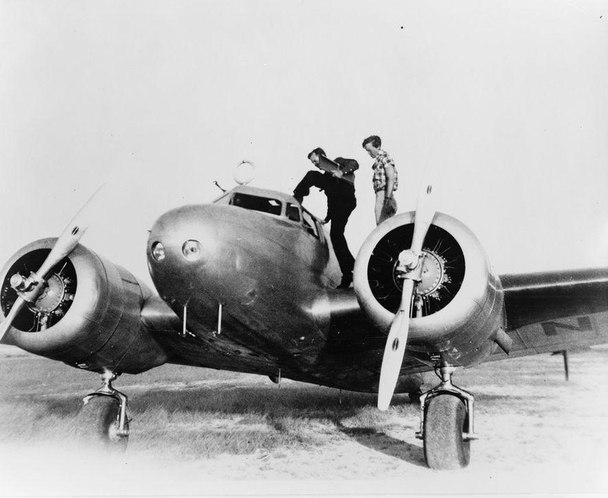 Earhart, à direita, e o seu navegador, Fred Noonan, preparam-se para entrar no Electra, numa paragem em Porto Rico, durante a sua tentativa de dar a volta do mundo, em 1937.