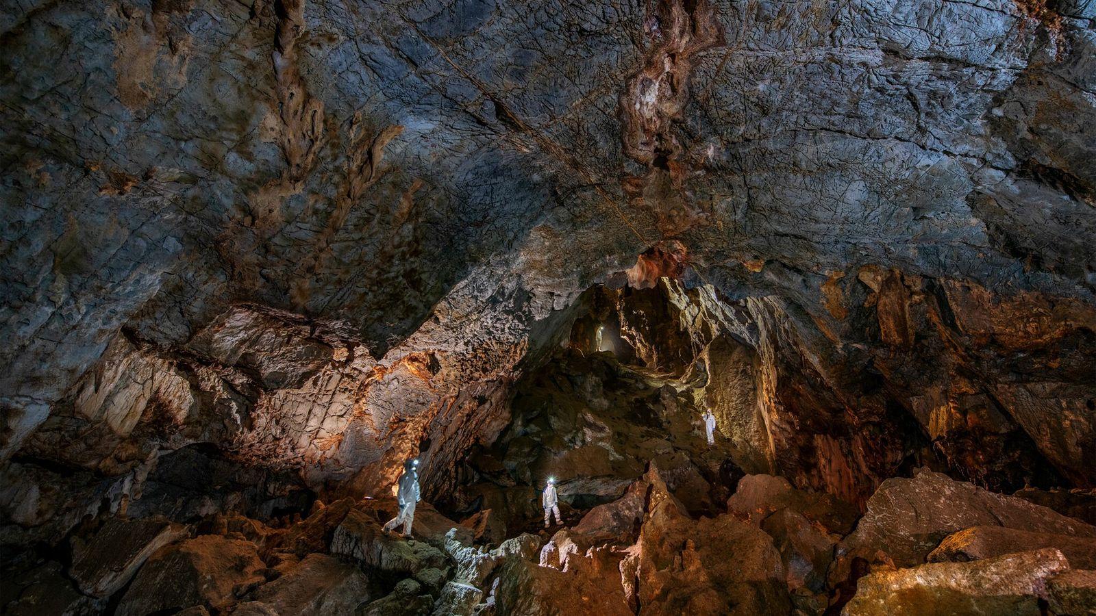 Na Caverna Chiquihuite, os investigadores usam equipamentos de proteção para evitar a contaminação com ADN moderno ...