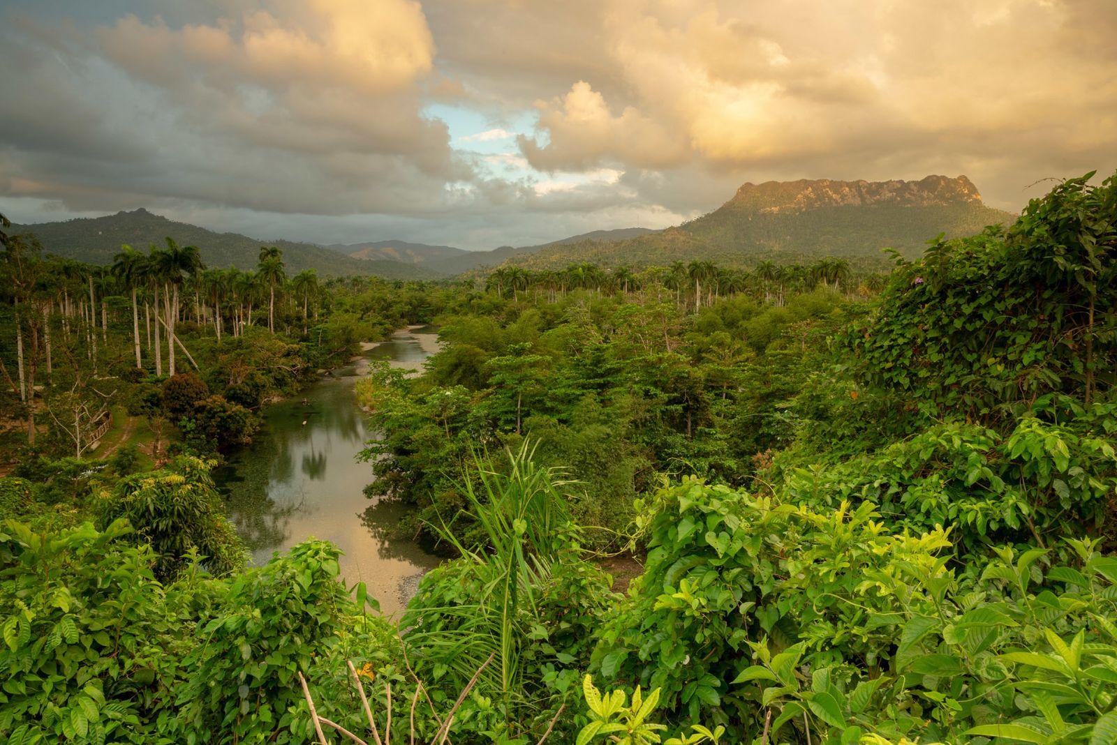 O nascer do sol sobre El Yunque, uma montanha perto da foz do rio Toa, no ...