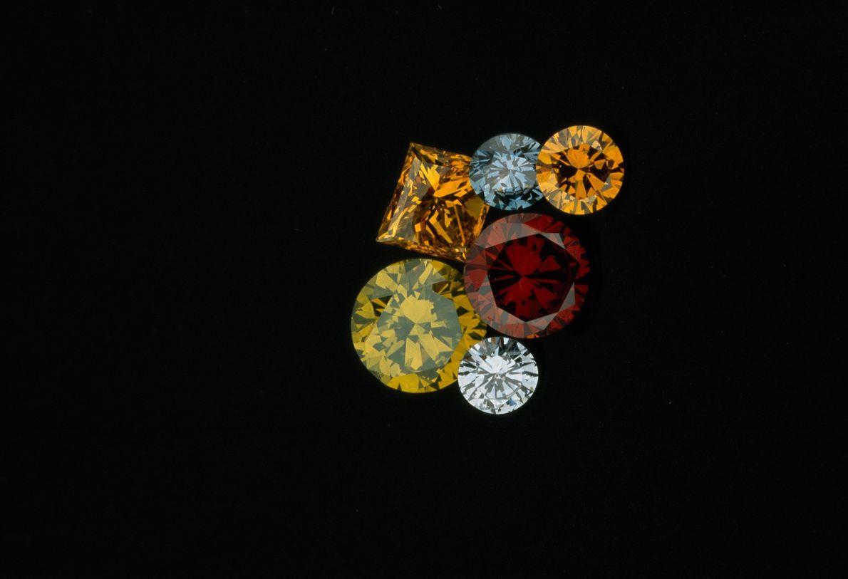 As cores destes diamantes sintéticos foram criadas através de irradiação. Na natureza também existem diamantes coloridos, ...