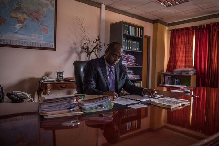 Oito meses depois do furacão Maria, Roosevelt Skerrit, primeiro ministro de Dominica, revê todos os documentos ...