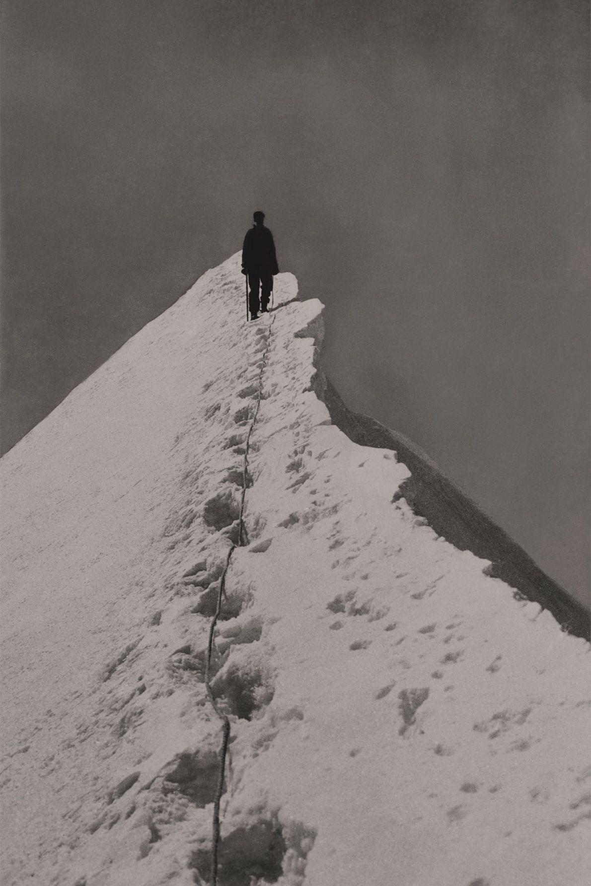 Miriam O'Brien caminha pelo cume íngreme, no extremo sudeste de Mönch, nos Alpes berneses.