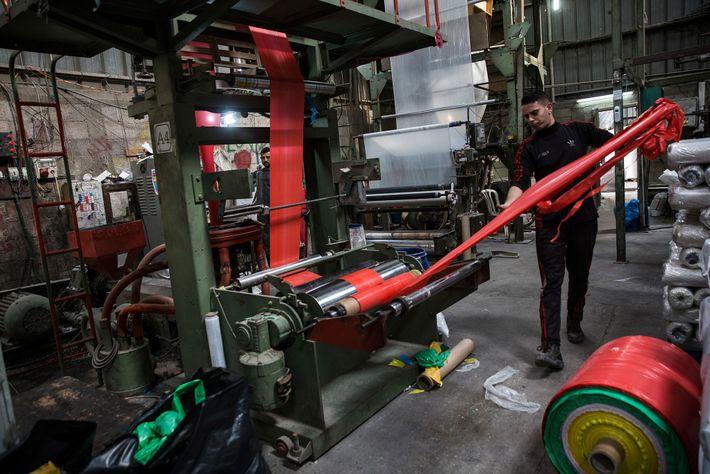Instalações de reciclagem de plástico em Beit Hanoun, Gaza.