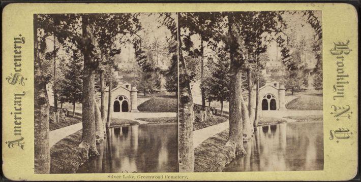 O Lago Silver no Cemitério Green-Wood. O cemitério foi projetado para criar um ambiente romântico e ...