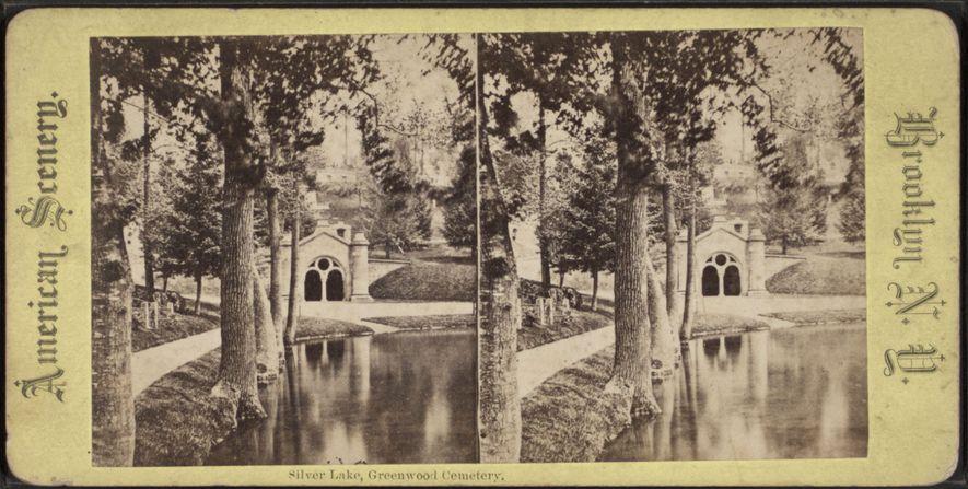 O Lago Silver no Cemitério Green-Wood. O cemitério foi projetado para criar um ambiente romântico e silvestre.