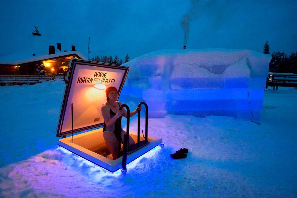 Imagem de uma mulher numa sauna gelada, Finlândia.