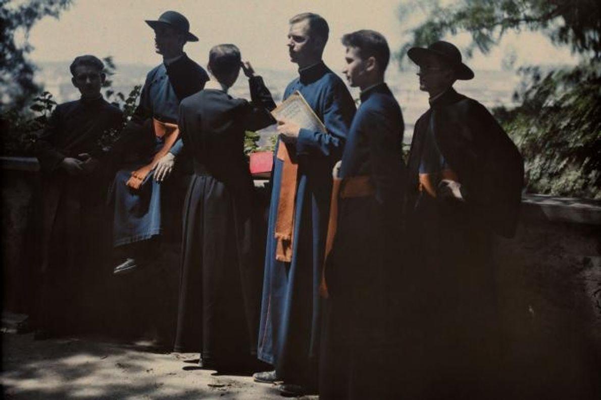 Elementos do clero da igreja católica fotografados num terraço com vista sobre a cidade de Roma, ...