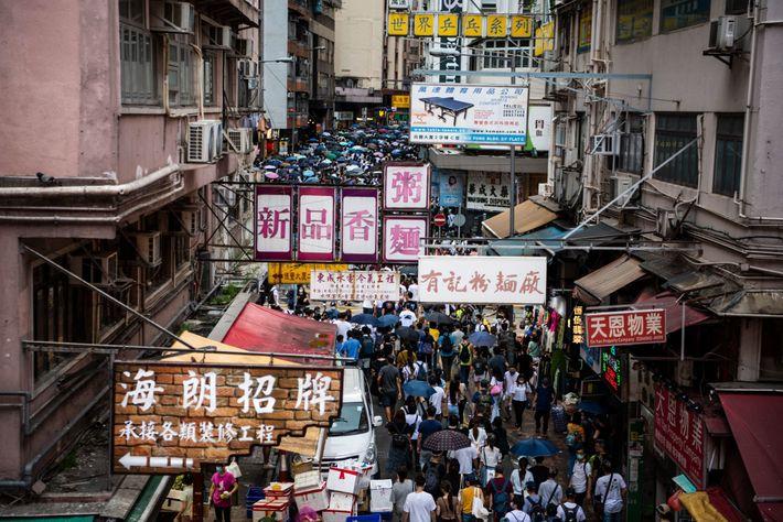 Pessoas marcham em protesto contra a lei de segurança nacional em Wan Chai, Hong Kong, no ...