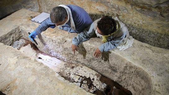 Num túmulo nas profundezas do deserto, o egiptólogo Ramadan Hussein (à esquerda) e a especialista em ...