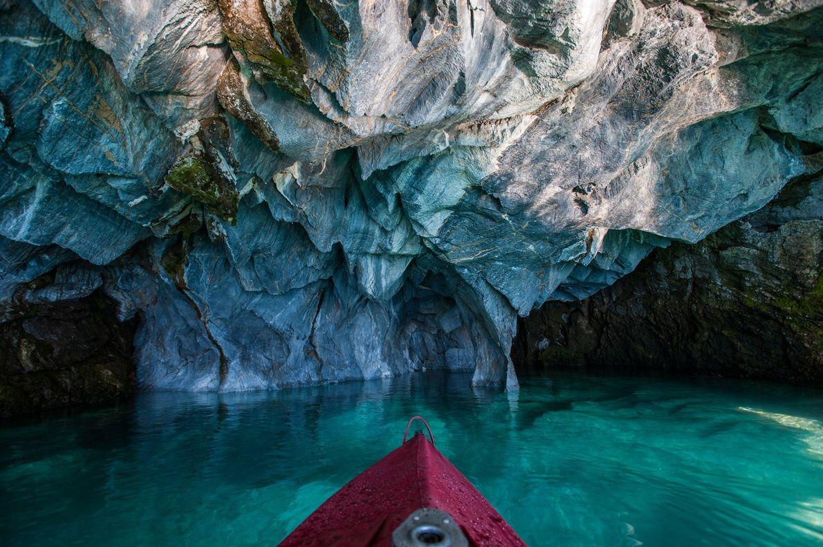 Passeie de caiaque pelas Capelas de Mármore do lago General Carrera. As impressionantes formações azuis foram ...