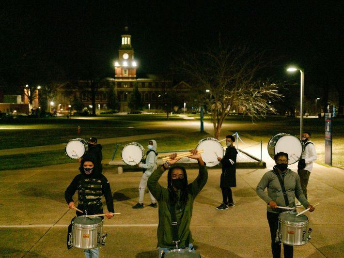 A Banda Showtime da Universidade Howard ensaia no campus, na noite anterior a escoltar Kamala Harris, ...