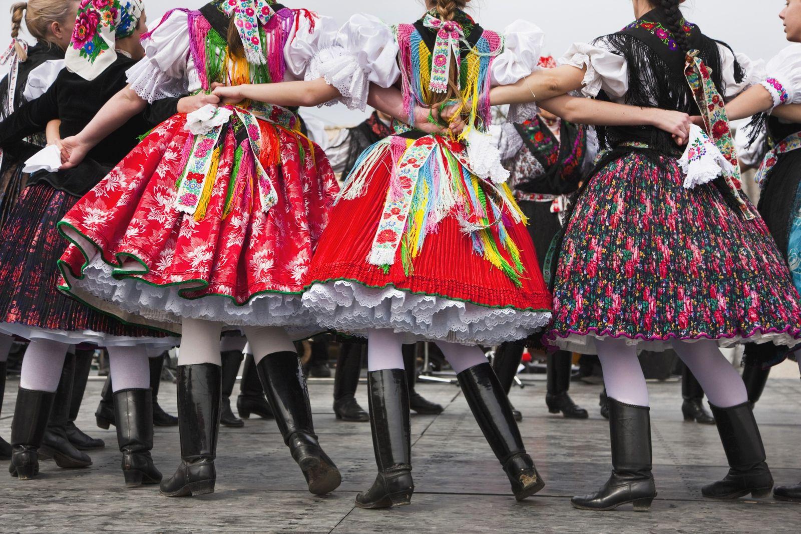 Em Hollókő, na Hungria, Património Mundial da UNESCO, os habitantes locais celebram a Páscoa com uma ...