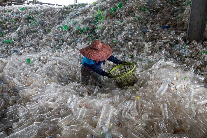 Garrafas de plástico enchem uma instalação de reciclagem em Valenzuela, nas Filipinas.