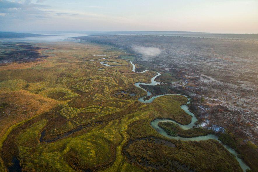 O rio Cuito converge com o rio Cubango, no sul de Angola, e fluem até à ...
