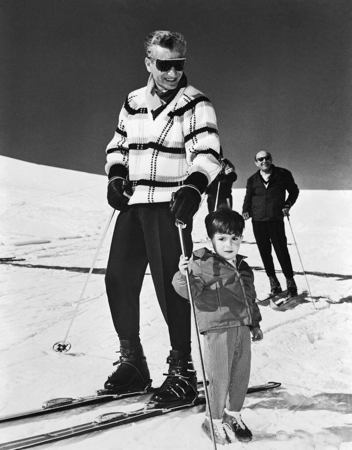 O xá iraniano Mohammad Reza Pahlavi e o seu filho, 60 km a sul de Teerão, ...