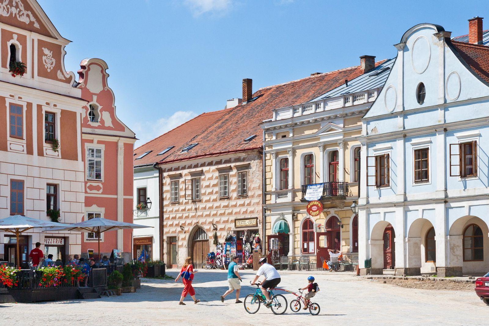 Na República Checa, a praça principal de Telč está rodeada de casas renascentistas e barrocas em ...