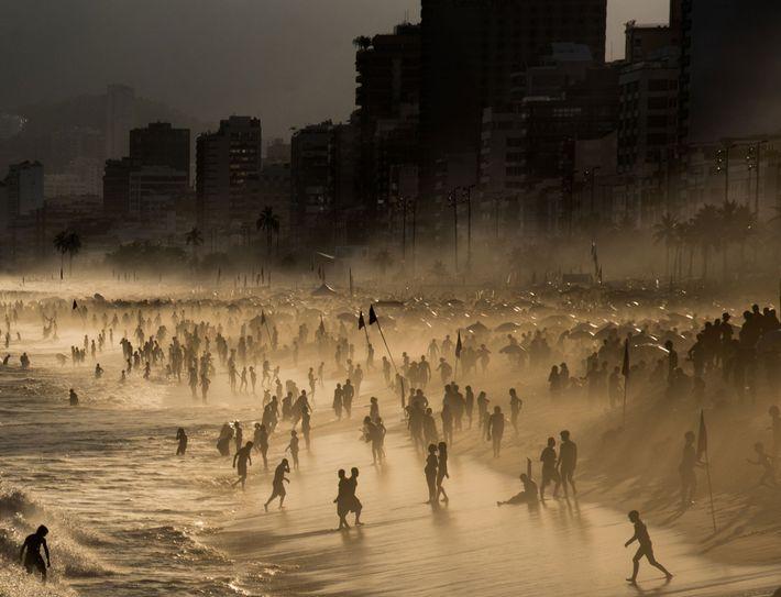 Num dia em que o mar estava particularmente agitado e a rebentação das ondas perigosamente forte, ...
