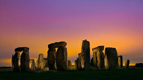 Stonehenge, concluído há cerca de 4.600 anos, pode ter sido construído em parte com elementos de ...