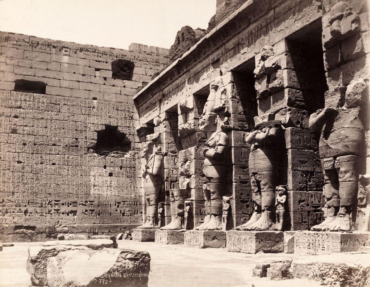 A antiga capital egípcia de Tebas, mostrada aqui em 1913, é agora a movimentada cidade de ...
