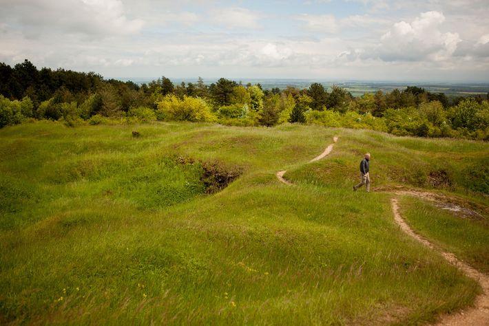 O Coronel Americano, Christopher Miller, examina a paisagem de crateras no topo do Forte Vaux. As ...
