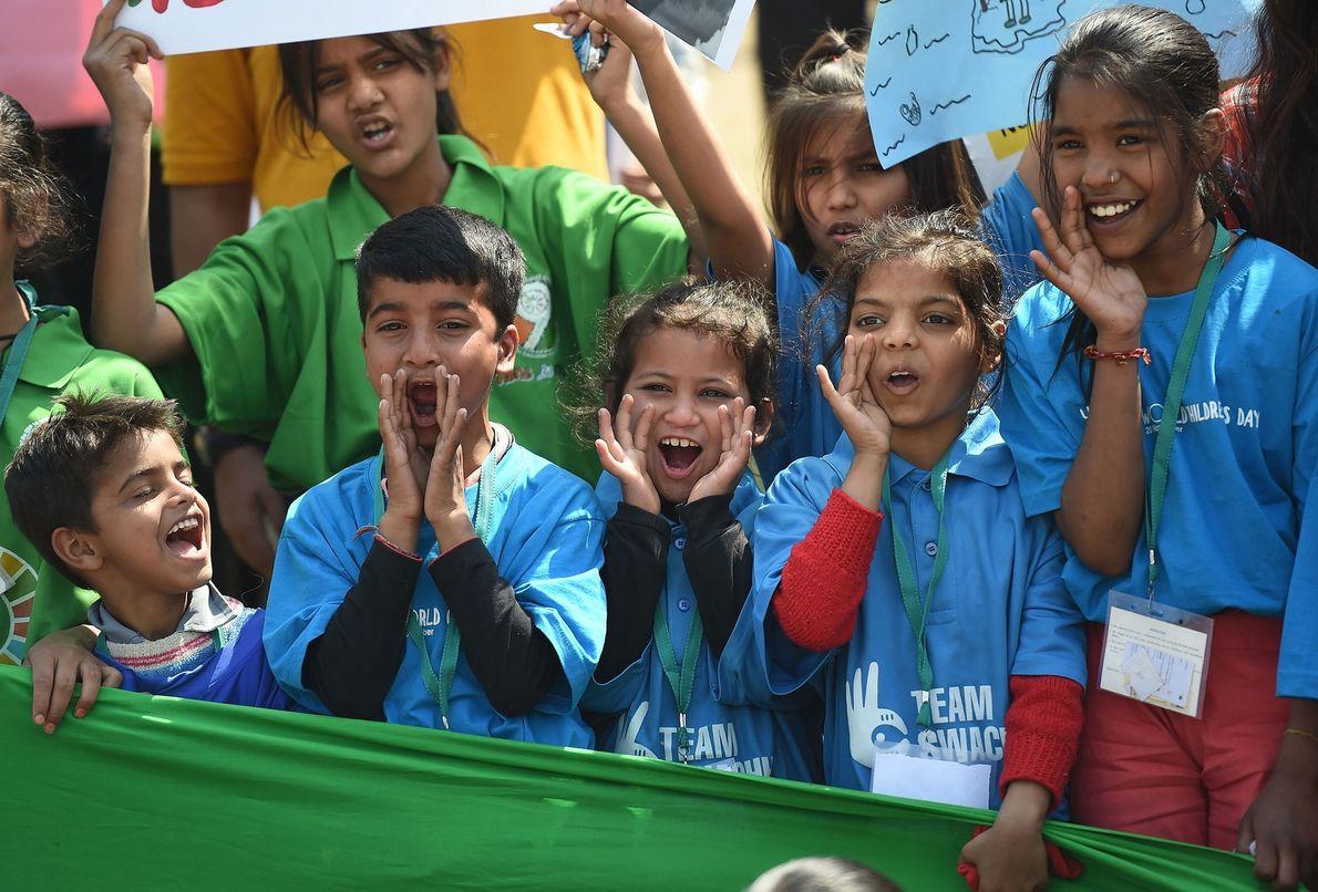 Estudantes gritam palavras de ordem, durante a greve contra as alterações climáticas, em Nova Deli.