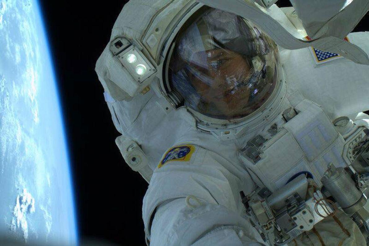 O astronauta Thomas Marshburn partilhou esta selfie no Twitter em 2013.
