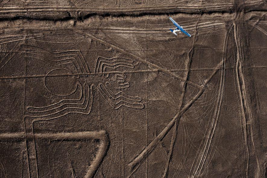 No deserto costeiro do sul do Peru, figuras gravadas terra inspiraram os viajantes aéreos desde a ...