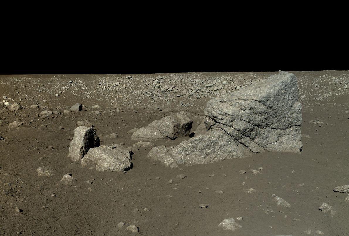 Imagem de uma rocha em forma de pirâmide na lua