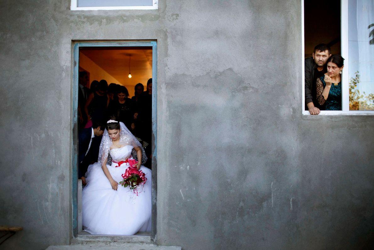 Uma noiva adolescente sai de sua casa para ir casar