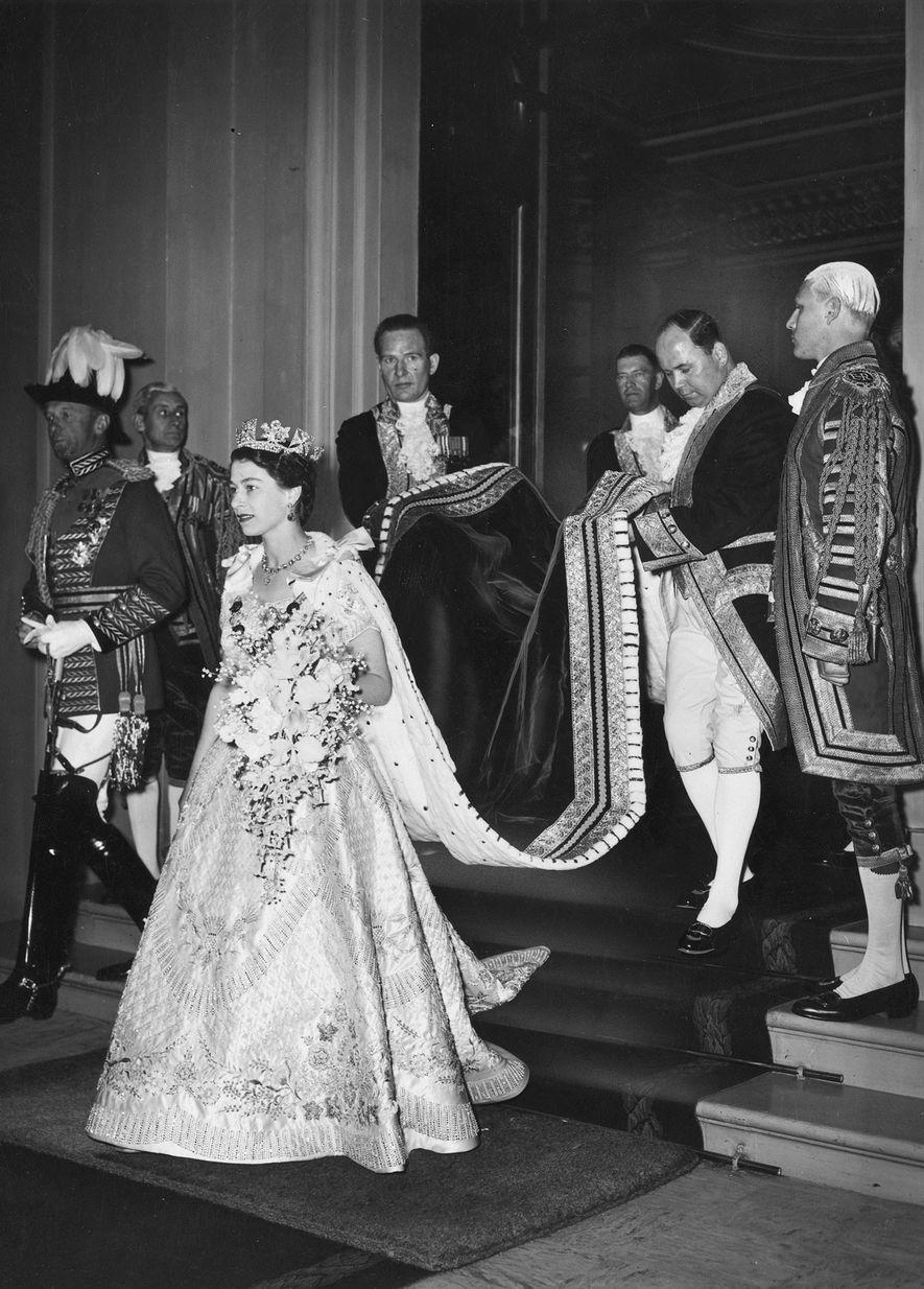 A Princesa Elizabeth sai do Palácio de Buckingham para se dirigir para a sua coroação em ...