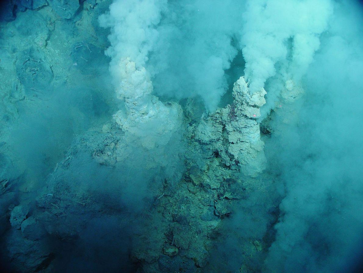 Águas esbranquiçadas, que se assemelham a fumo, são expelidas de sulfataras no Oceano Pacífico Ocidental.