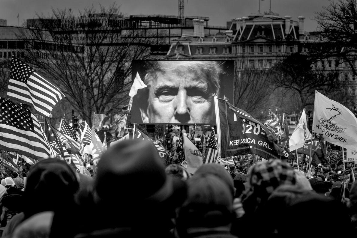 A imagem do presidente Trump num dos ecrãs do comício feito ontem no exterior da Casa ...