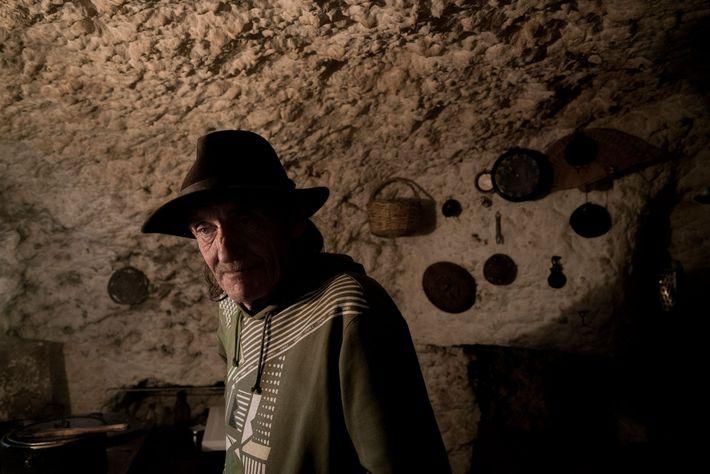 Eric, um imigrante alemão, vive nas grutas de Sacromonte desde 1998. Para sobreviver, Eric toca rock ...