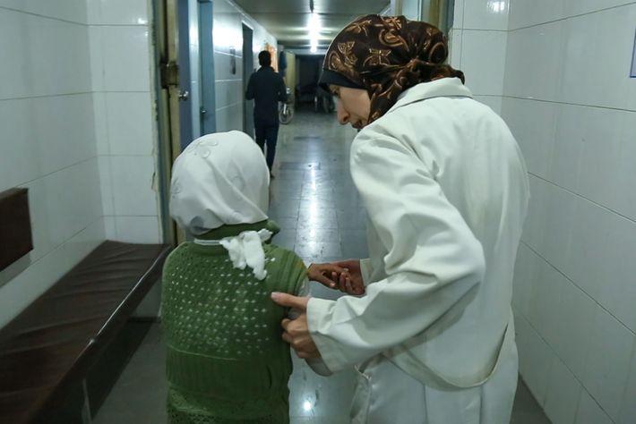 """Amani Ballour ajuda uma menina a entrar no hospital. """"Não me consigo esquecer de algumas das ..."""