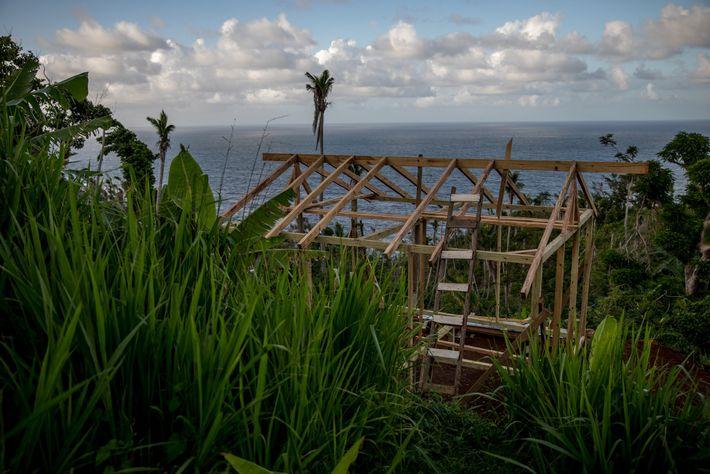 Oito meses depois do furacão Maria ter atingido Dominica, uma das casas ainda está em construção ...