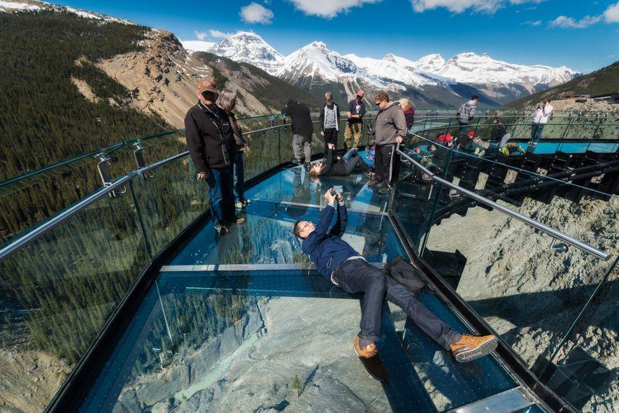 O Glacier SkyWalk permite-lhe desfrutar de vistas exuberantes para a Icefields Parkway, no Parque Nacional de ...