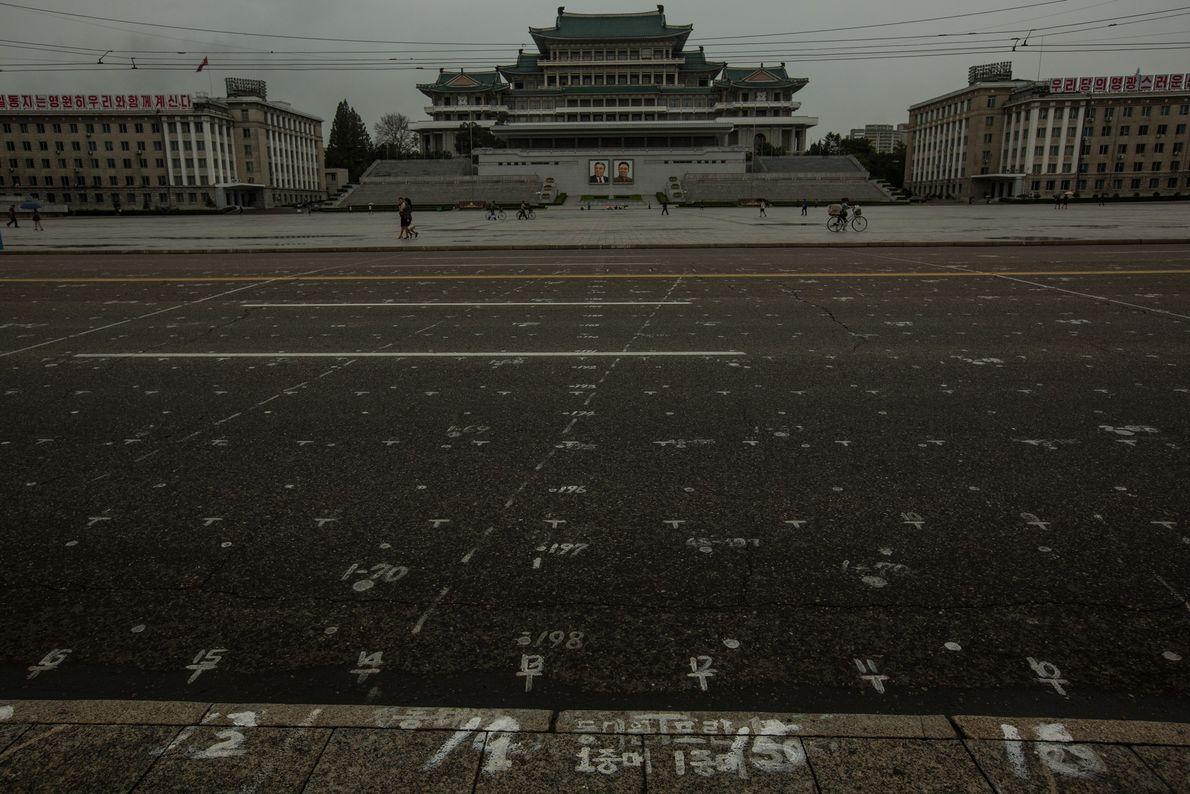 Uma grelha desenhada na rua da praça Kim Il Sung, em Pyongyang