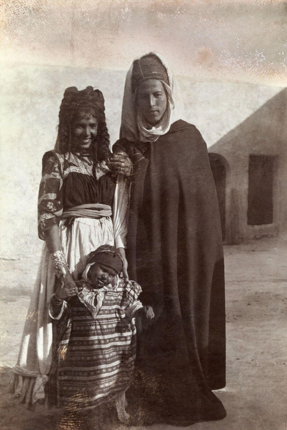 Um jovem casal posa, com o seu rebento.