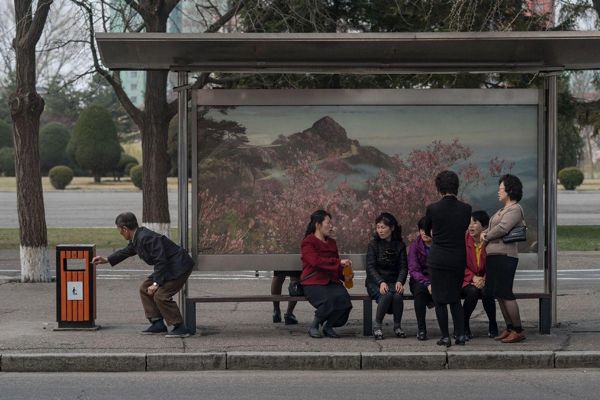 Norte-coreanos à espera numa paragem de autocarro da capital, Pyongyang