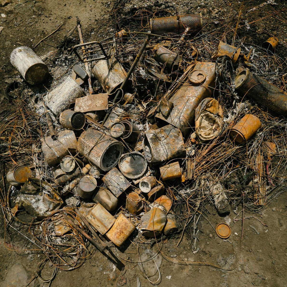 Fotografia de peças de motor queimadas para retirar o excesso de óleo de forma a poderem ...