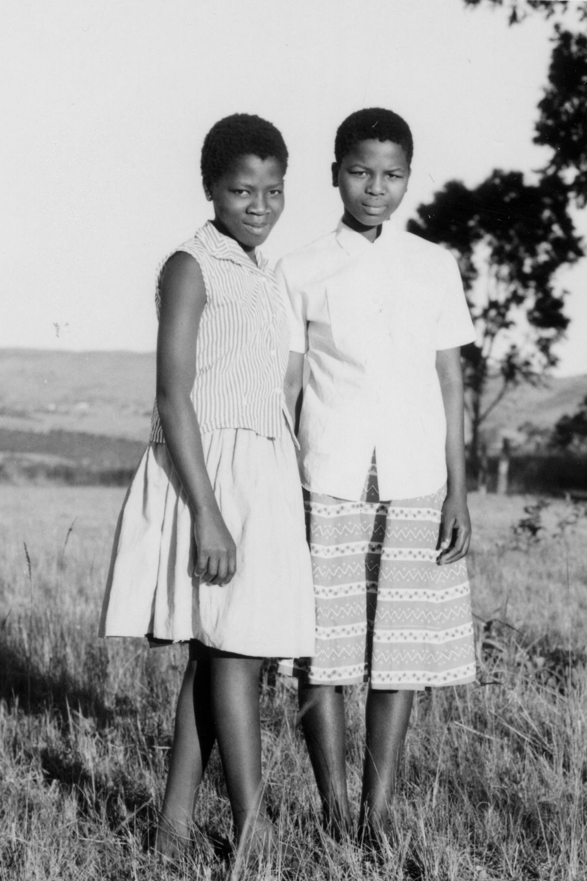 Nftombi Tfwala (direita) e uma das 210 crianças do rei Sobhuza II da Suazilândia, posam para ...